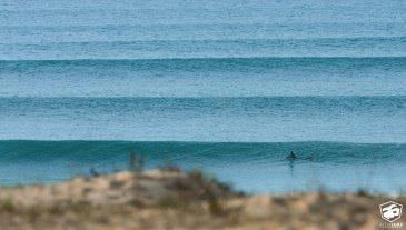lineup série de vagues arrivant sur le littoral